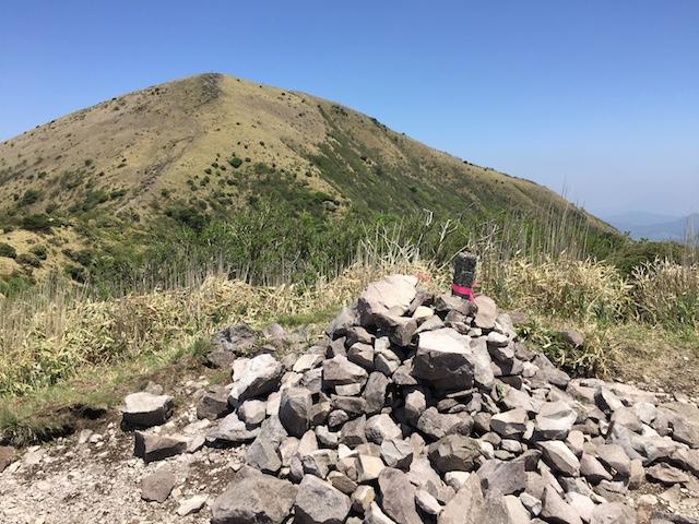 女岳の山頂から涌蓋さんを眺める